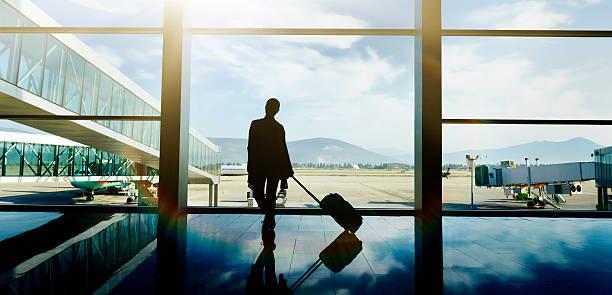 pronto per il mio volo - donna valigia solitudine foto e immagini stock