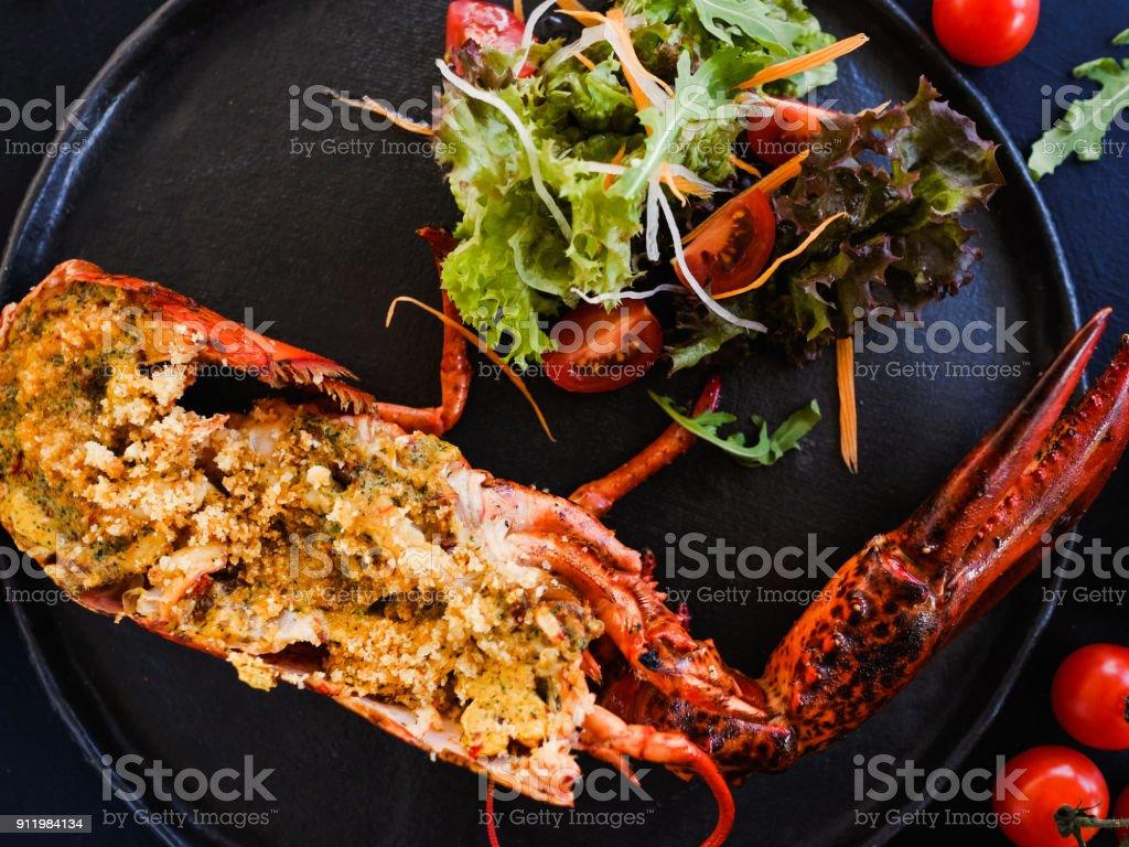 fertige gefüllte Hummer Restaurant Teller – Foto