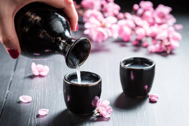 Bereit, mit Blumen, blühenden Kirsche Sake zu trinken – Foto