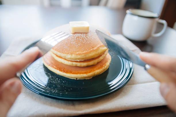 verzehrfertige pfannkuchen - low carb süßigkeiten stock-fotos und bilder