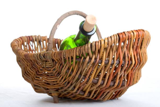 bereit zum picknick - mini weinflaschen stock-fotos und bilder