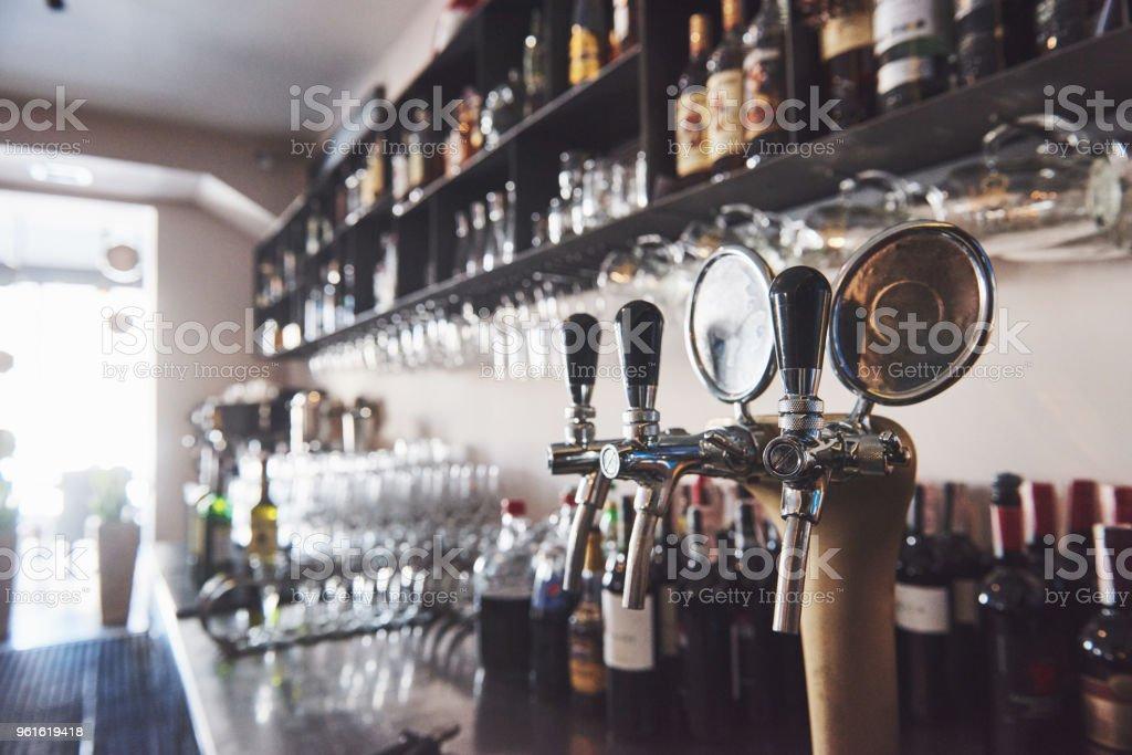 bereit, Pint Bier in einer Bar in einem traditionellen Stil aus Holz pub – Foto
