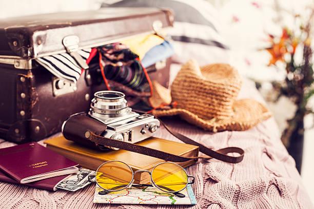 bereit urlaub koffer auf bett - gepäck verpackung stock-fotos und bilder