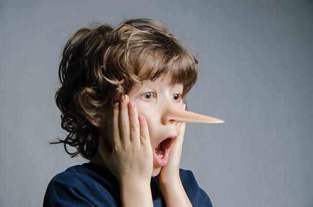 Real junge seine Nase sich mehr wie zum Beispiel Pinocchio – Foto