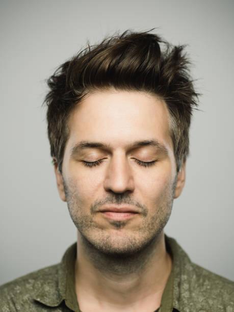 homem caucasiano real com expressão em branco e os olhos fechados - olhos fechados - fotografias e filmes do acervo