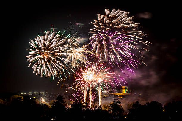 real colourful fireworks - gran inauguración fotografías e imágenes de stock