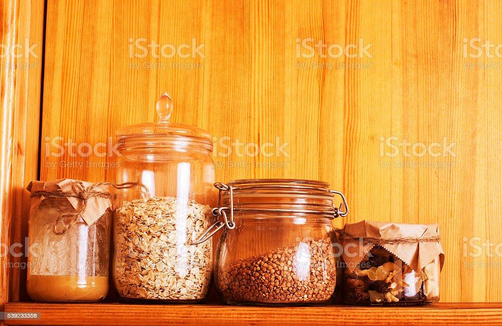 Verdadeiro conforto de madeira cozinha com ingredientes close-up de café da manhã foto royalty-free