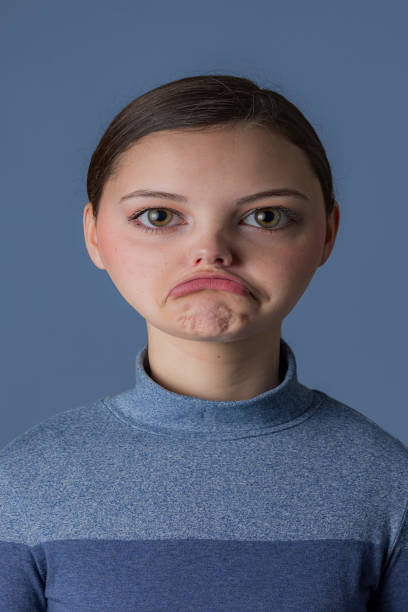"""""""真實""""表情符號 - 一個年輕女子的照片改變,以配合表情符號 - 諷刺畫 個照片及圖片檔"""