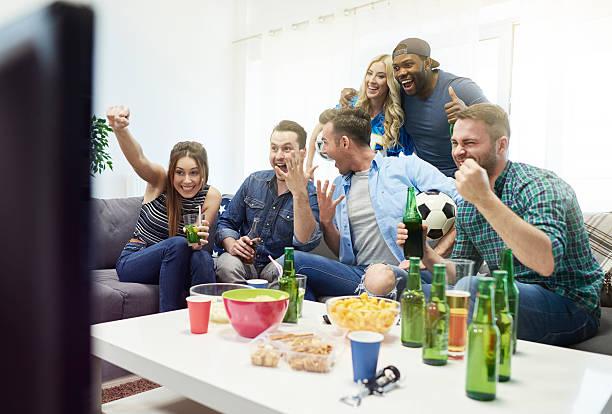 echte gefühle während sie beobachten fußballspiel - fußball themenzimmer stock-fotos und bilder