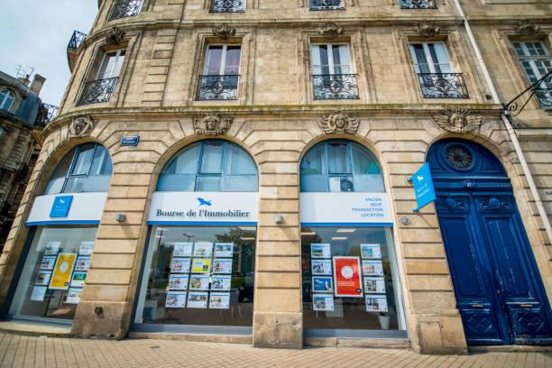 immobilienagentur im stadtzentrum von bordeaux, frankreich - immobilienangebote stock-fotos und bilder