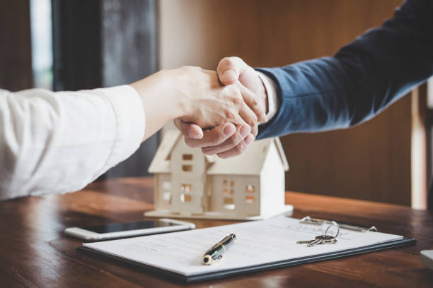 real estate agent and customers shaking hands together celebrating finished contract after about home insurance and investment loan, handshake and successful deal - {{relatedsearchurl(carousel.phrase)}} foto e immagini stock