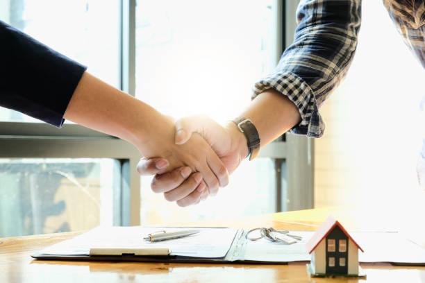 Immobilienmakler und Kunden schütteln gemeinsam Hände und feiern fertigen Vertrag nach hausrativer Versicherung und Investitionskredit, Handschlag und erfolgreichem Deal – Foto