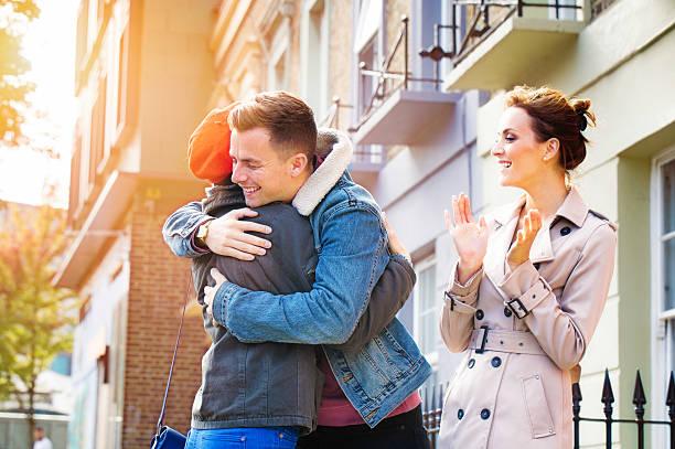 real estate agent traumhafte als paar umarmen zu hause kaufen - frisch verheirateten beratung stock-fotos und bilder