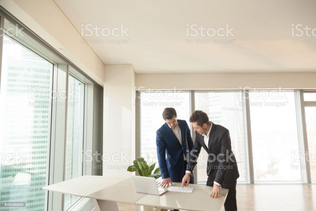 Real Estate Agent erklärt Zimmerplan an client – Foto