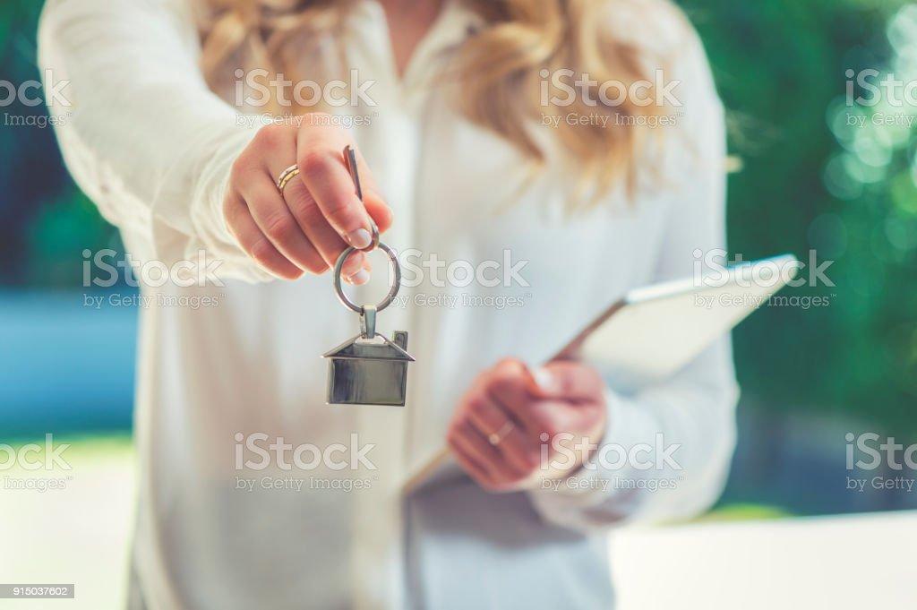 Übergabe der Schlüssel zu einem Haus Immobilienmakler. – Foto