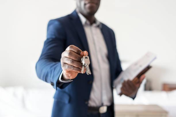Immobilienmakler, die Übergabe der Schlüssel – Foto