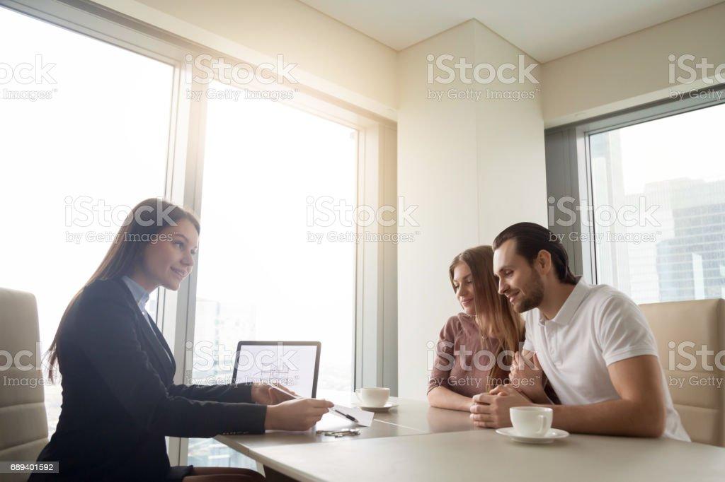 Agent immobilier rencontre avec jeune couple, demande de prêt hypothécaire - Photo