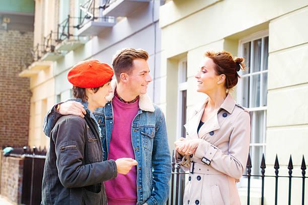 real estate agent böden aufgeregt junge paar neues zuhause - frisch verheirateten beratung stock-fotos und bilder
