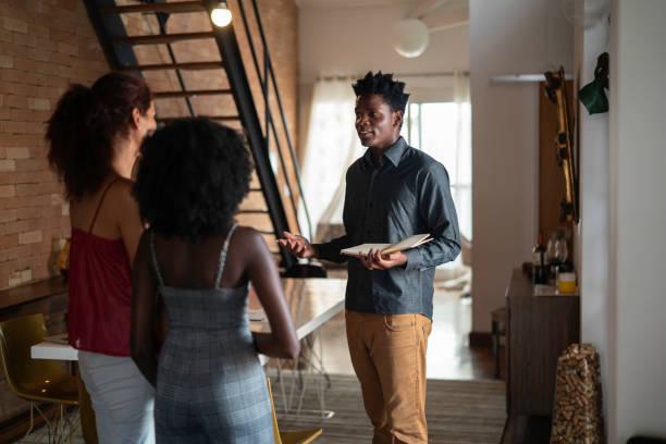 agente immobiliare che mostra un immobile ai consumatori - locatario foto e immagini stock