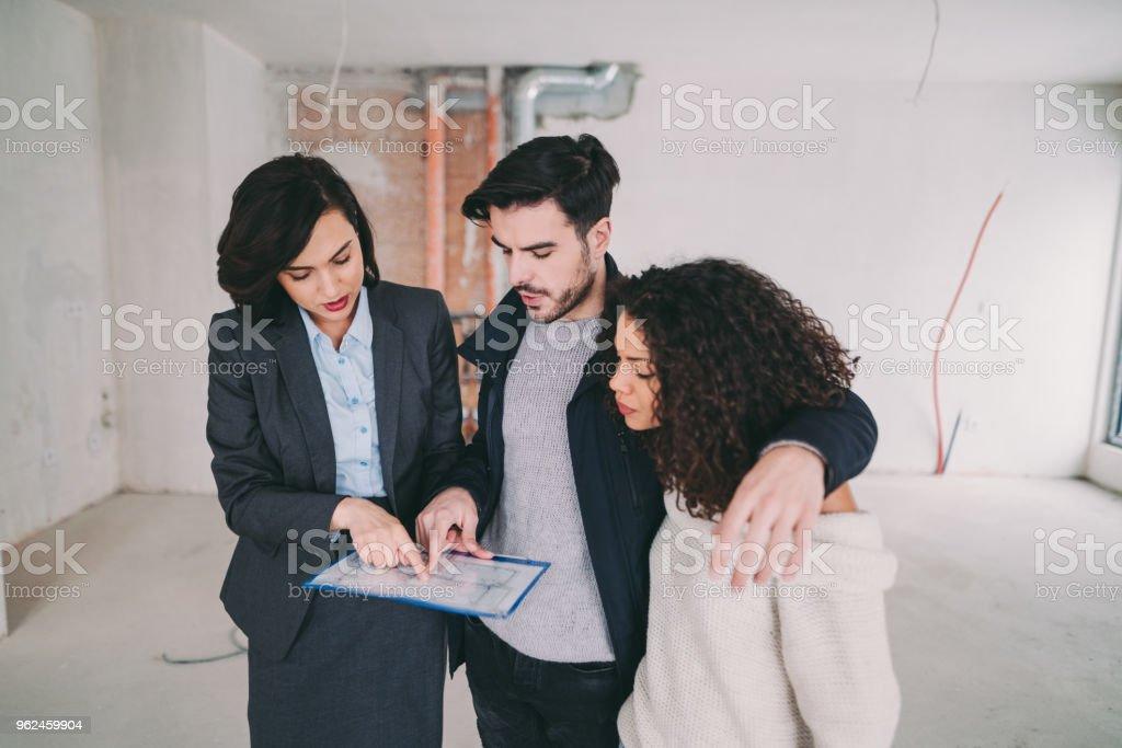 Real Estate Agent zeigt Eigentumswohnung zum Verkauf an junges paar – Foto