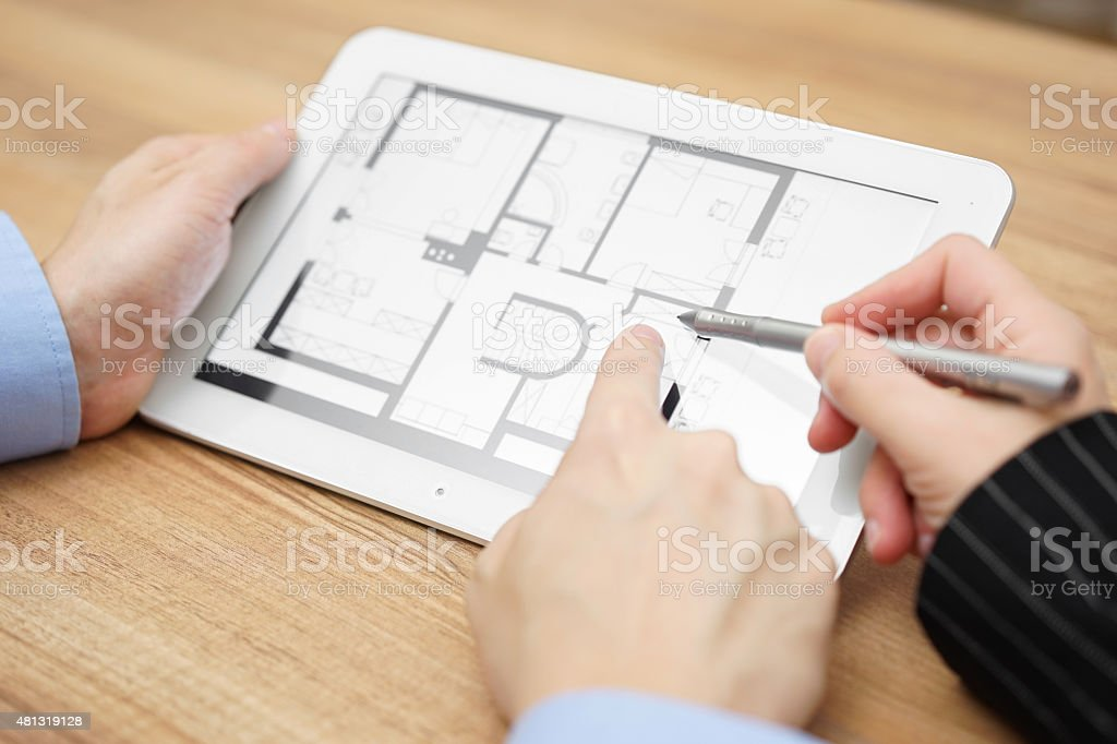real estate agent zeigt wie Projektionen über tablet-computer – Foto