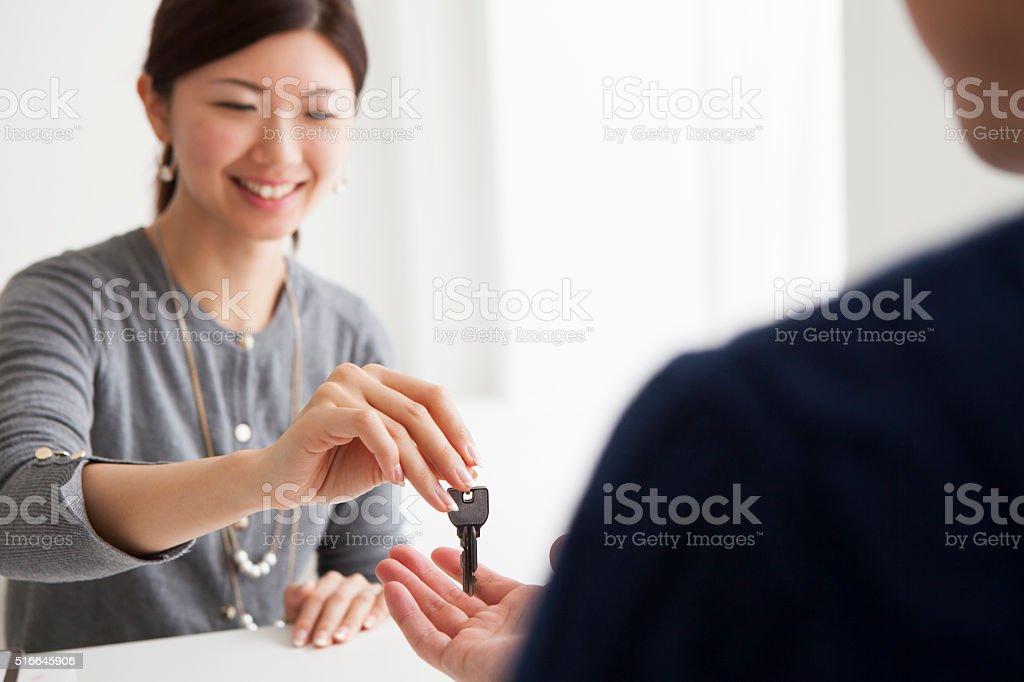 agent de immobilier que les clients passent clé - Photo