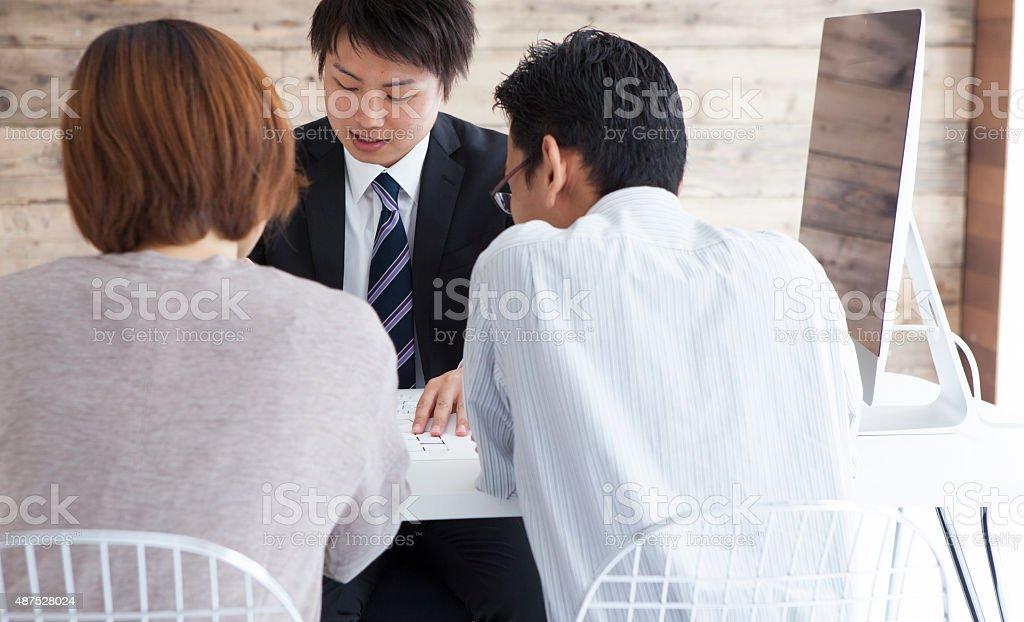 Agente inmobiliario que consultado a una pareja - foto de stock