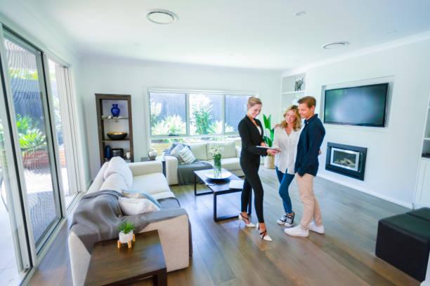 Immobilienmakler mit Paar in Luxus-Haus. – Foto