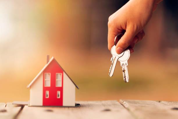 부동산 중개인, 하우스 모델 및 키별 - home 뉴스 사진 이미지