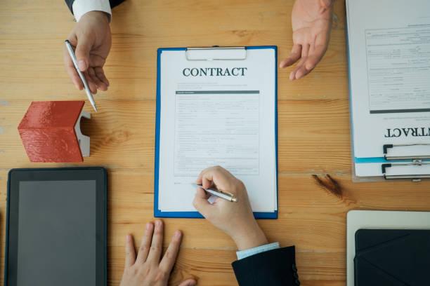 Immobilienmakler reichen Unterlagen für Kunden ein, um für einen Kaufvertrag zu unterschreiben, Immobilienkonzept.