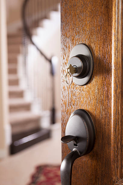 imóveis, arquitetura: porta aberta para modernos de casa.  chave da casa. - maçaneta manivela - fotografias e filmes do acervo