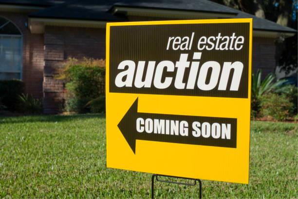 immobilien-auktion-zeichen - versteigerung stock-fotos und bilder