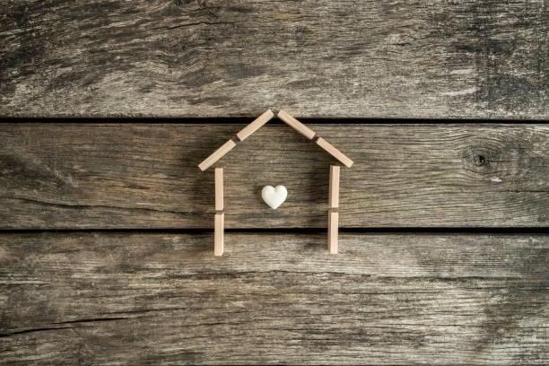 Immobilien-Konzept mit einem Herz im Innern des Rahmens eines Hauses – Foto