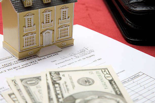 Immobilien-Vertrag, Haus und Dollar – Foto