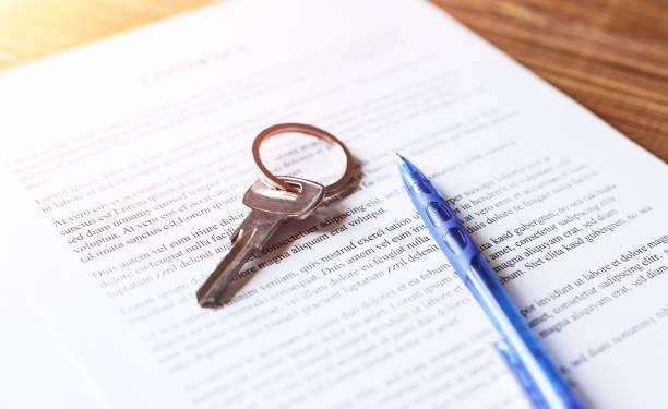 Immobilienvertrag mit Schlüsseln und Stift zur Unterzeichnung – Foto