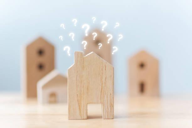 Immobilien-Entwickler und Geschäftsführer Eigenschaft Anlagekonzept. Selektiven Fokus hölzerne Häuser mit Fragezeichen auf Tisch – Foto