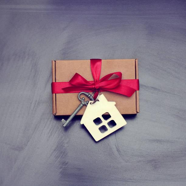 immobilien im retro-stil - schlüssel dekorationen stock-fotos und bilder