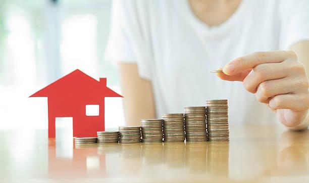 immobilien-investment-gesellschaft. haus und münzen am tisch. - eurozahlen stock-fotos und bilder