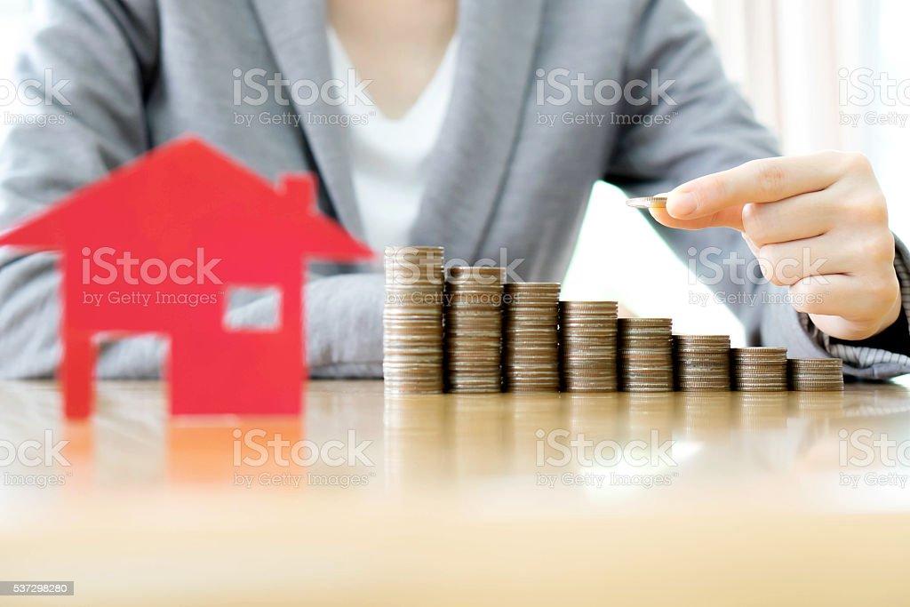 Immobilien-investment-Gesellschaft. Haus und Münzen am Tisch. – Foto