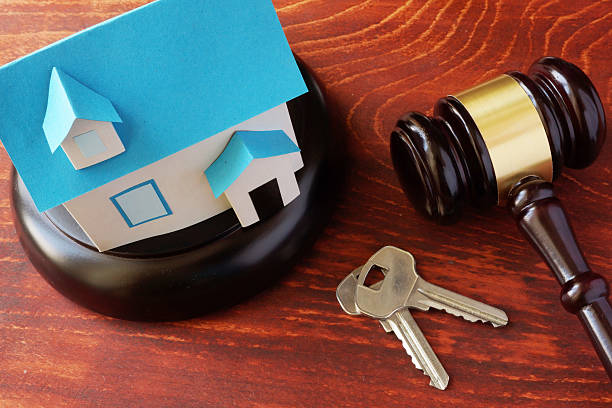 real estate law concept.  model of house and a gavel. - saisie immobilière photos et images de collection
