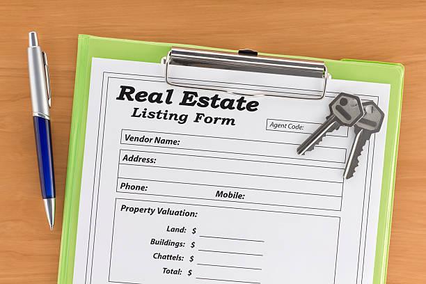 real estate liste form mit haus und schlüssel - immobilienangebote stock-fotos und bilder