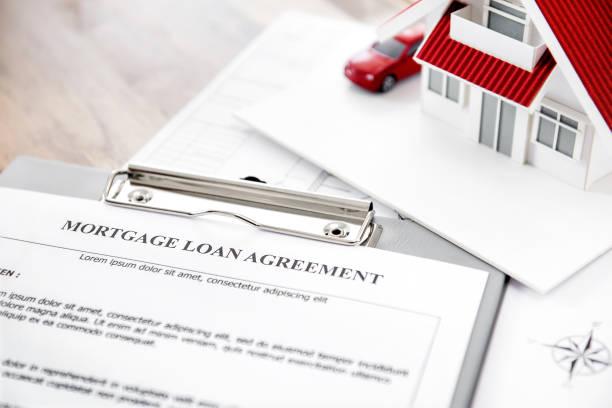 immobilien hypothek darlehen vereinbarung papier mit hausmodell auf den tisch - herrenhaus grundrisse stock-fotos und bilder
