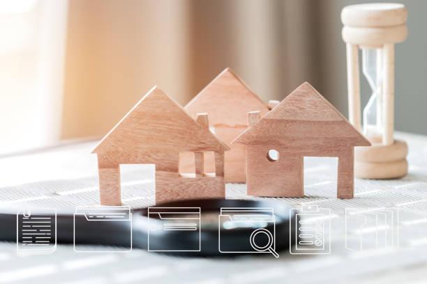 real estate propery concept: digital document file marketing iconen op houten huis model met zandloper. ideeën voor aanbiedingen van hypothecaire lening investeringen en beheer voor lening overeenkomst om nieuwe woning te kopen - zandloper icoon stockfoto's en -beelden