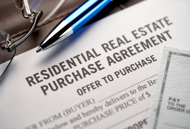 Immobilienaufnahmevertrag &-Vertrag: Juristische Dokumente für den Kauf und Verkauf von Immobilien. – Foto