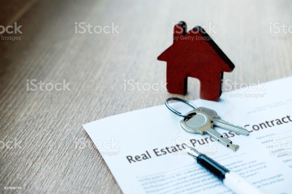 Immobilier achat et insureance idée de concept. Vente et achat de terrain et maison. - Photo