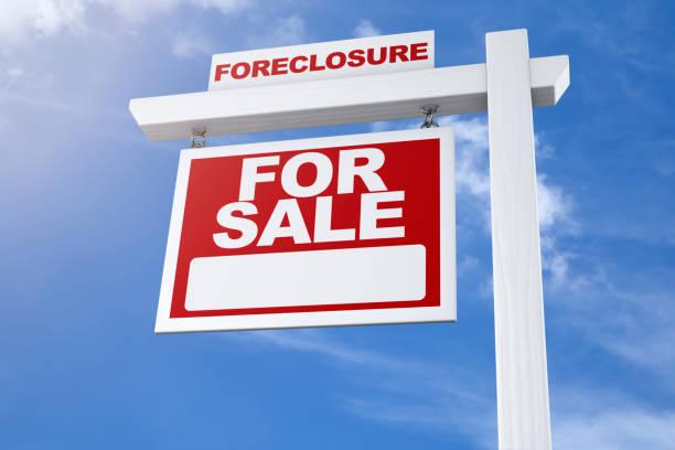 muestra de bienes raíces para venta foreclosure azul cielo - embargo hipotecario fotografías e imágenes de stock
