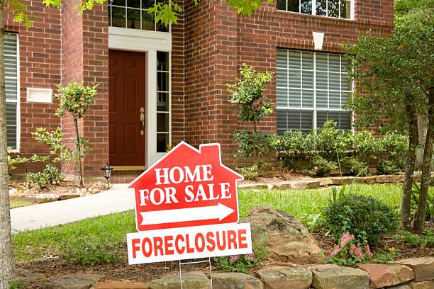 cartel inmobiliario. casa en venta. embargo hipotecario. casa de ladrillo rojo. - embargo hipotecario fotografías e imágenes de stock