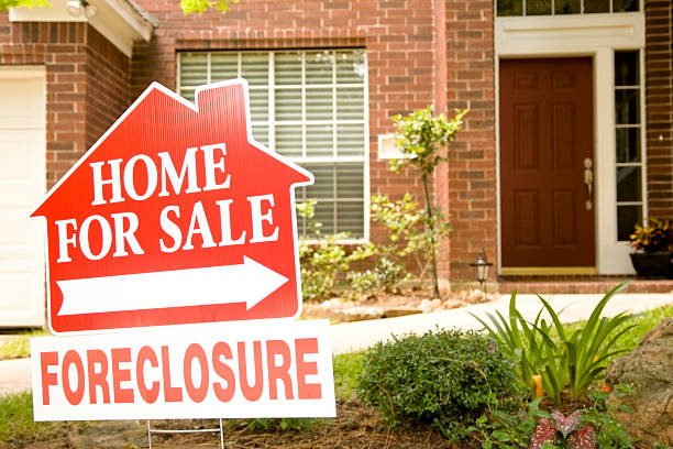cartel inmobiliario en jardín de embargo hipotecario asamblea. para la venta. - embargo hipotecario fotografías e imágenes de stock
