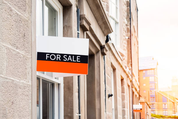 Immobilienschild an der Außenseite eines Gebäudes zum Verkauf – Foto