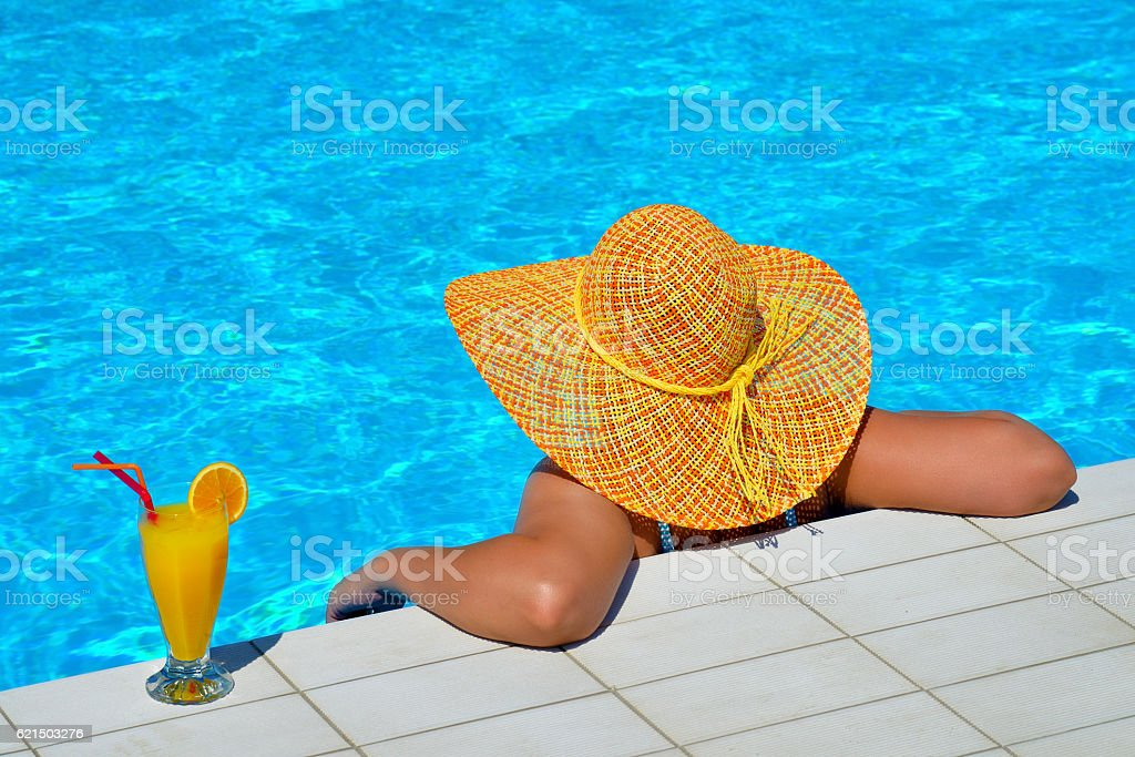 Real female beauty relaxing at swimming pool foto stock royalty-free